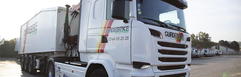 Camion de grue pour la collecte du verre